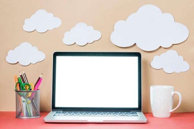 찻잔 및 노트북 및 구름 근처 편지지