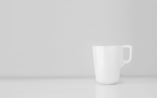 회색 벽에 머그컵