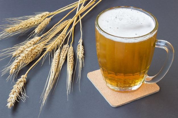 ビールと黒の小麦のマグカップ