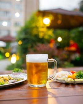 테라스 카페에서 제공된 테이블에 맥주 머그잔