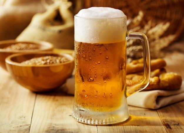 나무 테이블에 맥주 머그잔