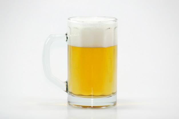 거품과 맥주 머그잔