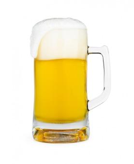 Кружка пива с пеной пены на стекле, изолированных на белой стене с отсечения путь дизайн объекта