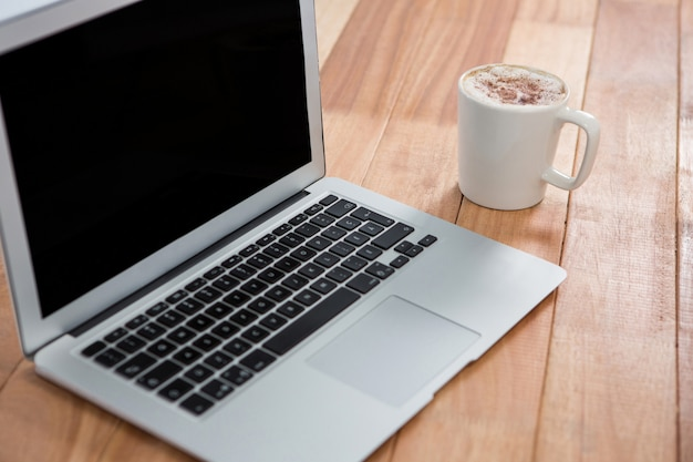 コーヒーとラップトップのマグカップ