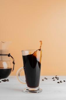 テーブルの上のコーヒーのマグカップ