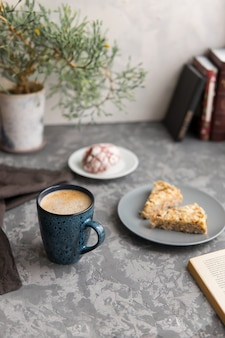 아몬드 케이크 두 조각과 함께 커피 또는 카푸치노 머그