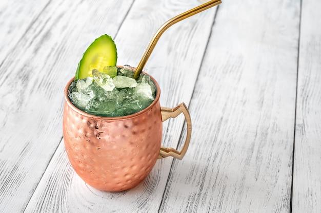 Кружка безалкогольного коктейля sober mule, украшенная огурцом