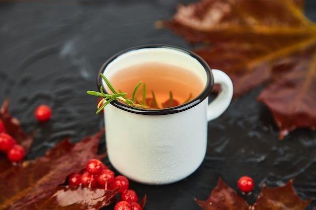 Кружка или чашка горячего чая из калины.