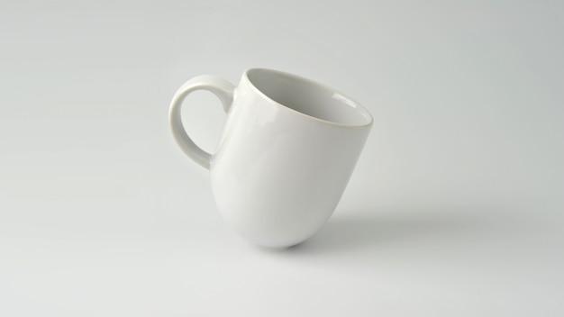 マグカップ、白い背景に白いコーヒーカップモックアップ。
