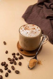 Кружка с кофе и кофейными зернами и порошком рядом