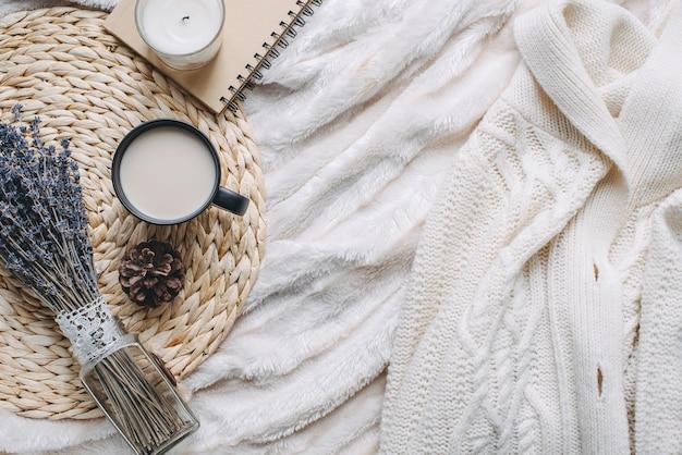 Кружка с кофе и домашним декором на подносе