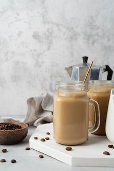 テーブルの上にコーヒーとマグカップ