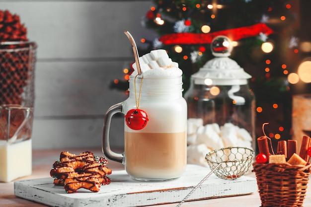 Кружка с горячим шоколадным напитком и зефиром на вершине. рождественский красочный натюрморт. уютное праздничное настроение.