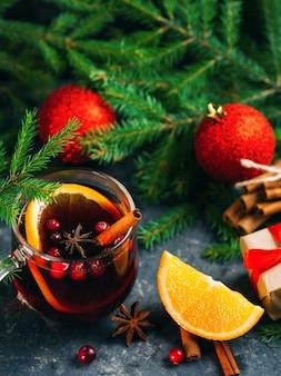 Кружка с традиционным рождественским глинтвейном