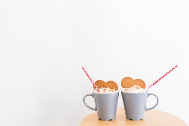 Tazze con caffè e biscotti