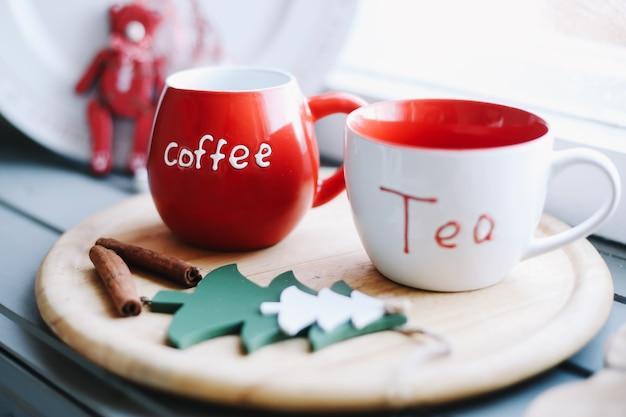 Кружки с чаем и кофе на деревянном подносе зимний новый год рождество концепция