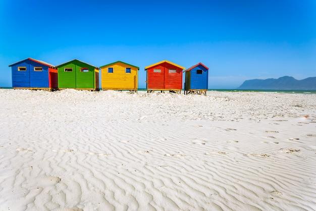 南アフリカのケープタウンにある白い砂とカラフルな木製キャビンのあるmuizenbergビーチ