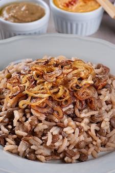 무자다라. 아랍 요리의 채식 요리 렌즈콩을 곁들인 쌀.