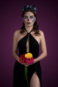 Mujer con maquillaje de catrina tradicional por dia de muertos y usando un vstido nrgro con fondo