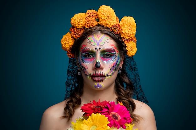 Mujer 라티 con maquillaje 드 catrina y flores en la cabeza