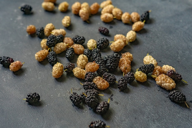 Ягоды шелковицы белого и черного цвета