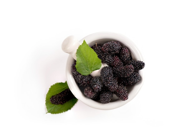Плоды шелковицы, изолированные на белой поверхности.