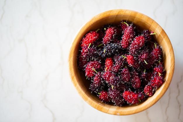 붉은 색 영양소 건강 식품과 뽕나무 과일. 높은 비타민 c. 신선도 디저트와 유기농 원료.