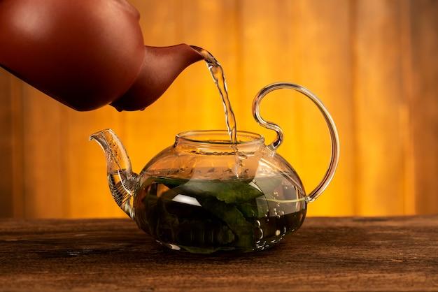 Чай шелковицы изолированный на белизне.