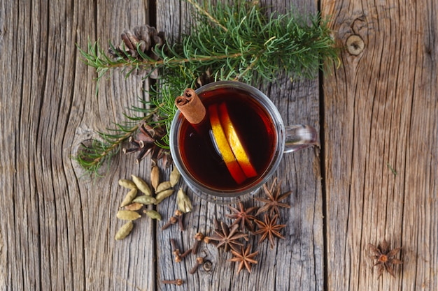 풍 화 나무 테이블에 mulled 와인과 향신료