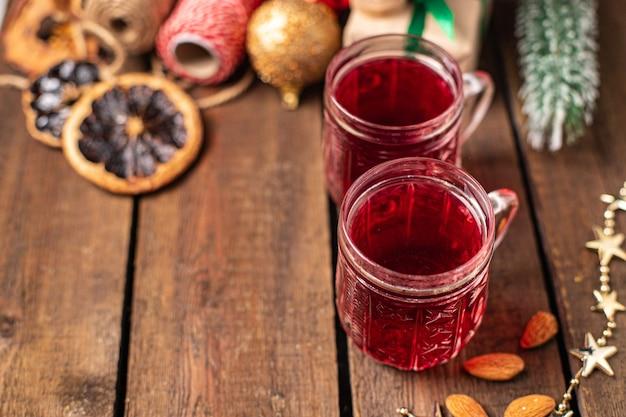 ホットワインのクリスマスは新年を祝う居心地の良い新鮮な温かい飲み物甘い飲み物食事スナック