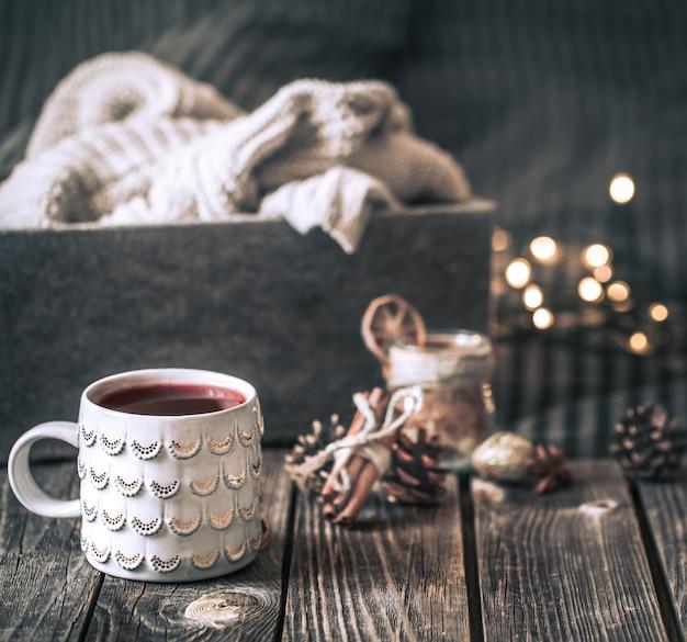 Vin brulé in una tazza su un tavolo di legno