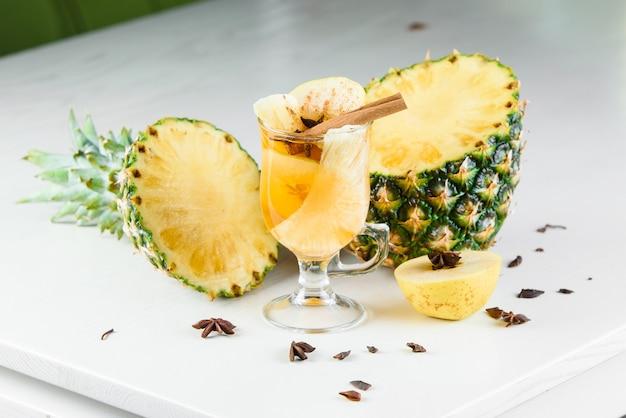 パイナップル、シナモン、リンゴ、オレンジ、スターアニスなどの季節の装飾が施されたグリューワイン、グロッグ、パンチの効いたホットアルコールドリンク。季節のスパイスドリンク。