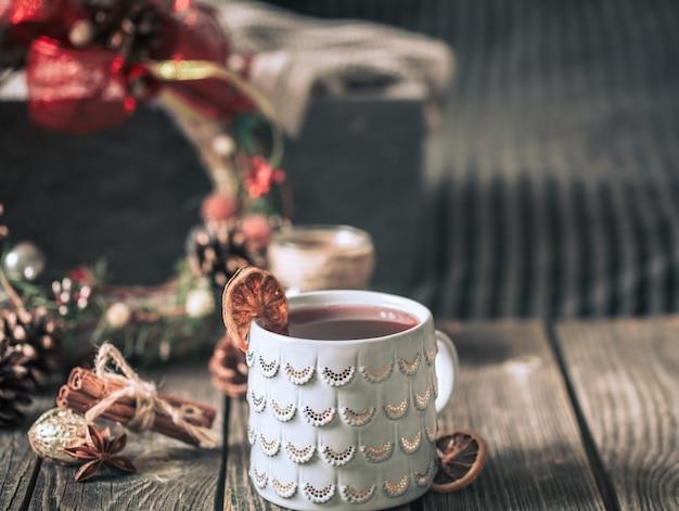 木製のテーブルの上にカップのグリューワイン