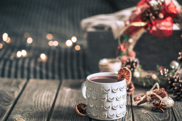 Глинтвейн в чашке на деревянном столе