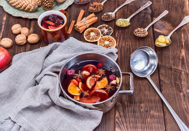 材料と鍋と鉄のスプーンでグリューワイン