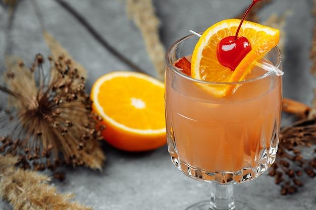 Глинтвейн в стеклянных бокалах с яблоками апельсин и корицей