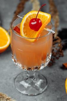 リンゴオレンジとシナモンを添えたグラスグラスのグリューワイン。