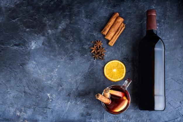 黒の黒板にグリューワインのレシピの材料