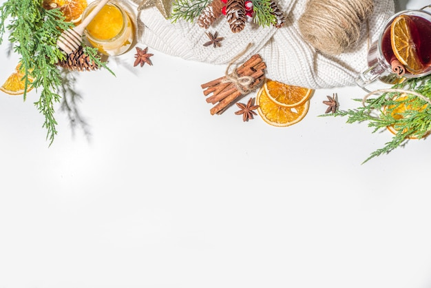 ホットワイン、伝統的な暑い冬の秋のアルコールの大酒飲み、シナモン、アニス、オレンジ、クリスマスに飾られた背景のコピースペース