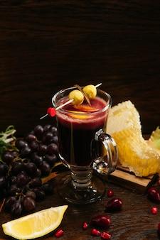 딸기, 레몬, 꿀이 들어간 멀드 와인