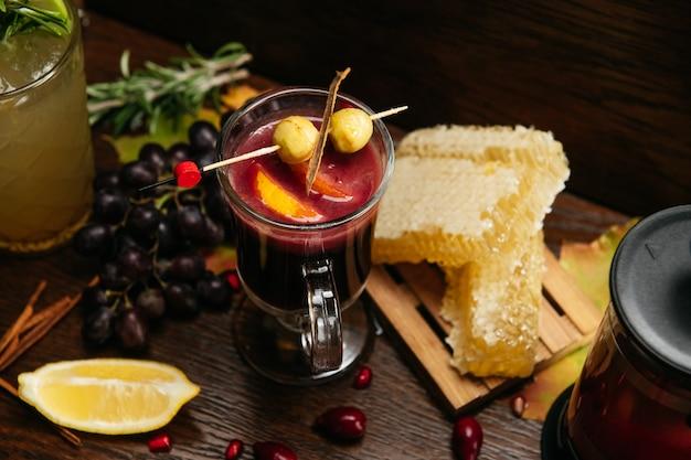 ベリー、レモン、蜂蜜とホットワイン