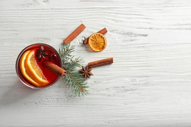 木製のテーブルにシナモンとホットワイン