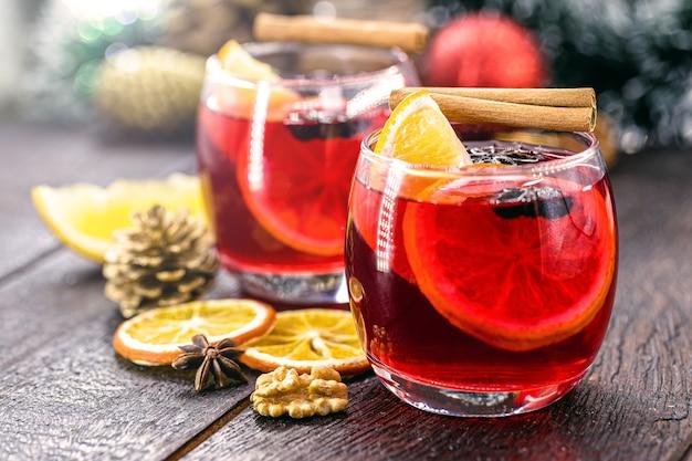 クランベリー、シナモン、オレンジ、アニスのグリューワイン。クリスマスまたは新年の冬の飲み物