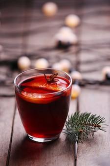 木製の表面にスパイスとクリスマスツリーとホットワイン