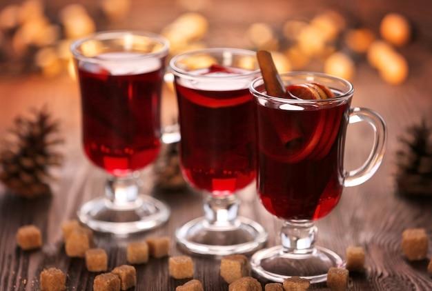 木製のテーブルに砂糖とホットワイン