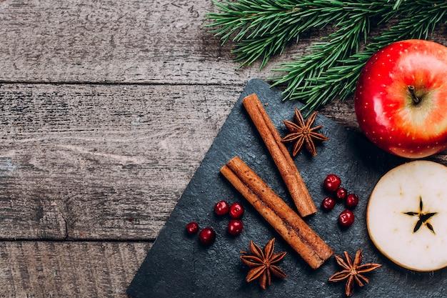 リンゴと香辛料を調理するための材料ホットmulledワイン。クリスマスホリデードリンクコンセプト