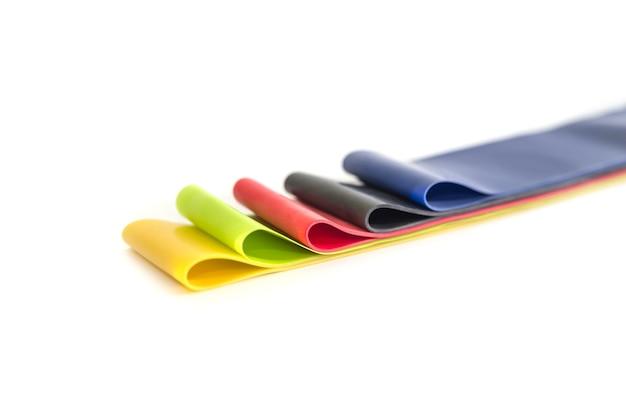 Многоцветные резинки для фитнеса, изолированные на белом