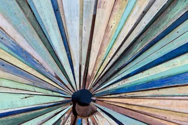 방사형 모양 배경으로 오래 된 그런 지 나무 패널의 멀티 컬러