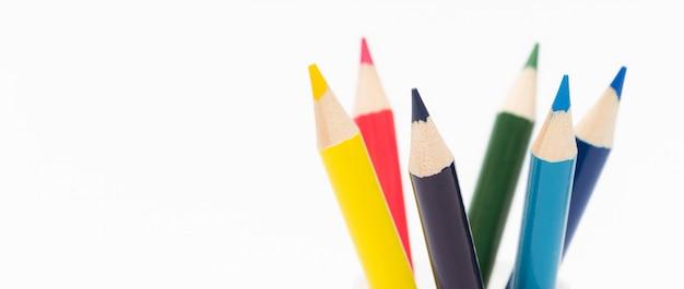 白い背景の上のマルチカラーの鉛筆