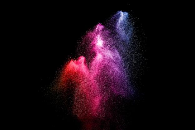 검은 배경에 멀티 컬러 파우더 폭발입니다.